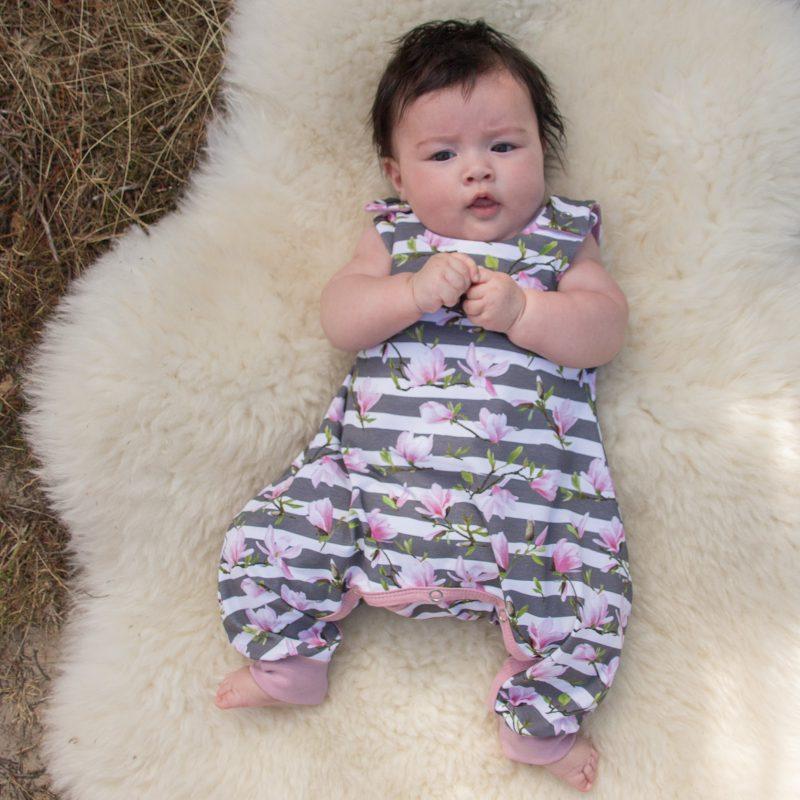 Babypakje voor kinderen met heupdysplasie met magnoliaprint