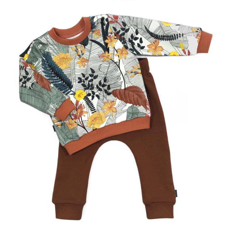 Sweater met tropische plantenprint en bruine joggingbroek van biologisch sweatstof